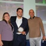 Marcelo Oliveira, da Riotur entrega o prêmio a Rafael Martine, do Gran Mercure