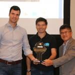 Marco Fernando, da B2B entrega homenagem para Scwartzmann e Tanabe da Abracorp pela parceria