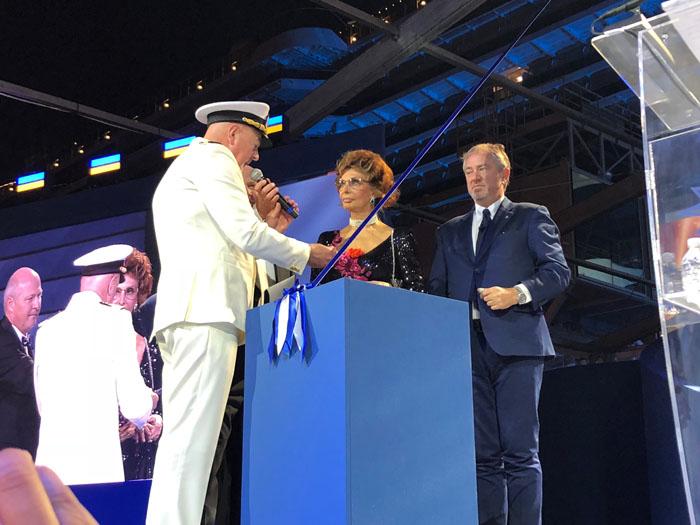 Pier Paolo Scala, capitão do MSC Seaside, Sophia Loren, madrinha da MSC, e Pierfrancesco Vago, presidente-executivo da MSC, no corte da fita.