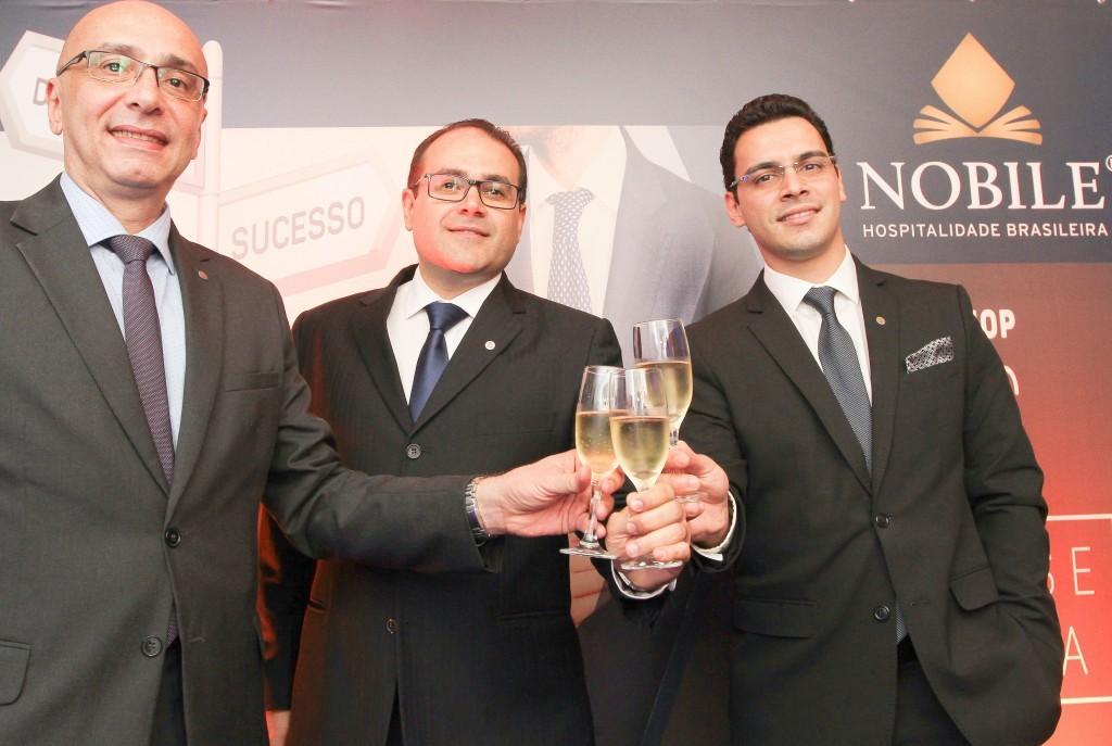 Ao centro Roberto Bertino, Fundador e Presidente da Nobile Hotéis, ladeado dos seus sócios Ricardo Pompeu, e Rafael Menna