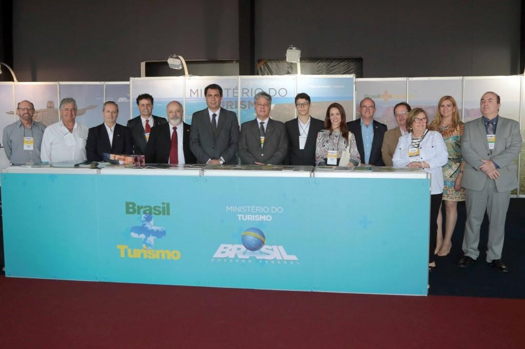 Evandro Oliveira, presidente da Avirrp, com autoridades na edição de 2017 do evento