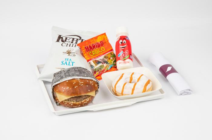 Novo menu vem com hambúrguer e donut de caramelo e estará disponível nos voos de longa distância a partir de abril de 2018