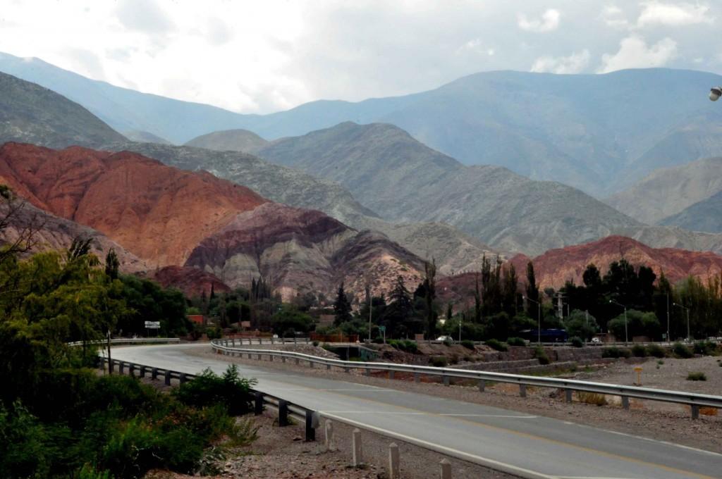 Paisagem com as montanhas multicoloridas chamam a atanção dos visitantes