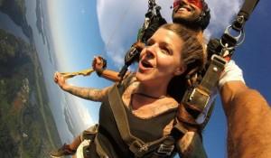 Salto de paraquedas em Foz do Iguaçu atrai mais de 20 mil pessoas