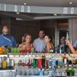 Agentes aproveitam o Martini Bar a bordo do Infinity
