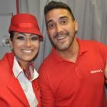 Ao lado de comissária da Avianca, André Marques recepcionou os passageiros