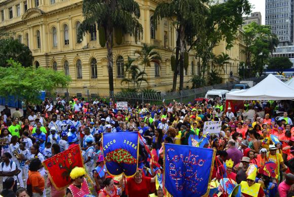 Bloco desfilando na região central de São Paulo (Foto: Rovena Rosa/Agência Brasil)