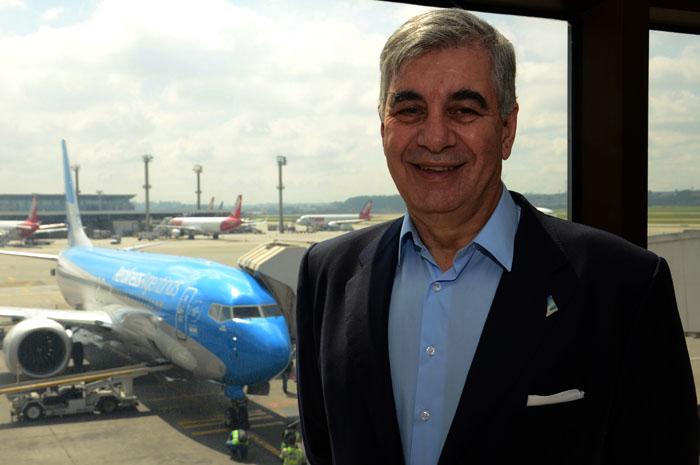 Mario Del Acqua, presidente da Aerolíneas Argentinas, e a nova aeronave da companhia ao fundo (FOTO: Eric Ribeiro)