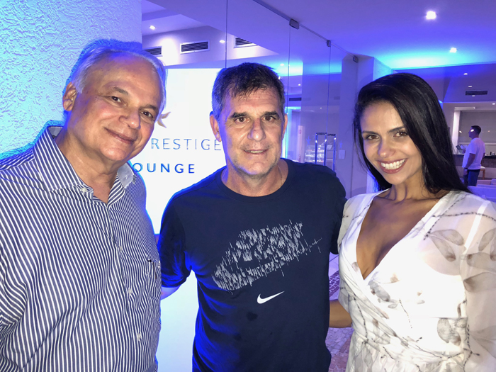 Orlando Giglio, da Iberostar, com Mário Antonio, VP de Vendas e Marketing da Trend e sua esposa, Aline Lima, durante o coquetel de comemoração dos dez anos do Iberostar Praia do Forte.