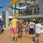 Passageiros aprendem a sambar com os integrantes da Império da Vila