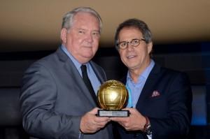 Roy Taylor, do M&E, recebeu o troféu das mãos de Otávio Neto, CEO do Grupo Radar