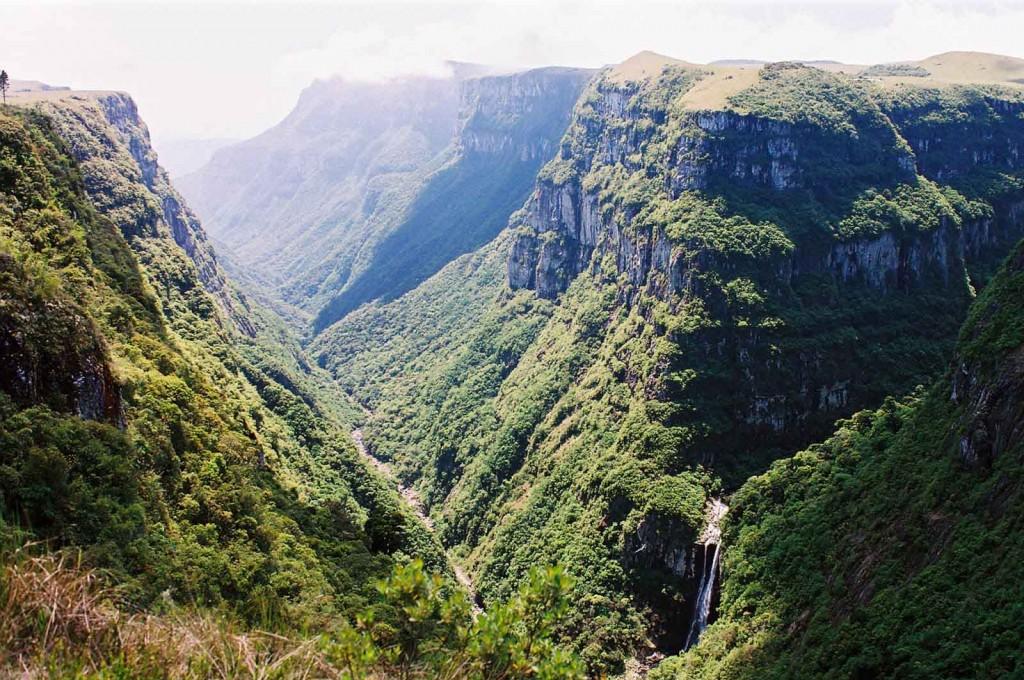 A região, conhecida como Aparados da Serra, tem a maior concentração de cânions do Brasil