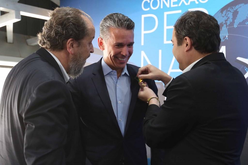 Paulo Câmara, governador de Pernambuco, entregando a Medalha JK a Felipe Carreras, a pedido de Eduardo Sanovicz / Foto: Hesíodo Góes/Seturel-PE