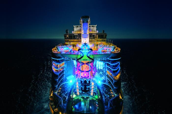 Symphony of the Seas em alto mar a noite
