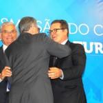 Alberto Alves cumprimenta Vinicius Lummertz na transição de cargo