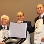 Alceu Vezzozo, presidente do grupo Bourbon recebe a placa de Michelão e Alceu Vezzozo Filho