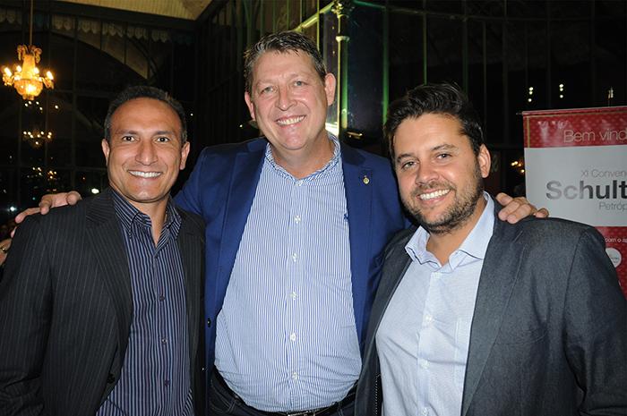 Aroldo Schultz, presidente da Schultz, entre Samir El Ghaoui, presidente do Petrópolis CVB, e Marcelo Valente, secretário de Turismo de Petrópolis