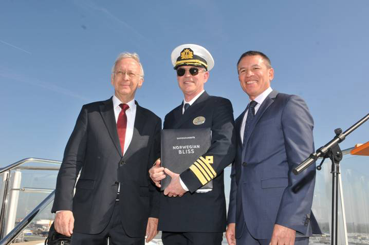 Bernard Meyer, diretor gerente da Meyer Werft, Capitão Karl Staffan Bengtsson, e Andy Stuart, presidente e CEO da Norwegian Cruise Line
