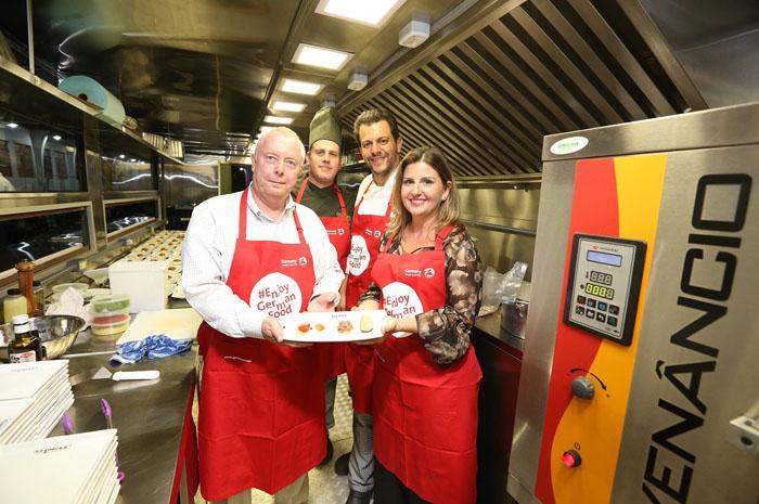 Cônsul honorário da Alemanha em Curitiba, Andreas Hoffrichter, os chefs Alexandre Kromana e Beto Madalosso e Margaret Grantham