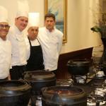 Equipe de cozinheiros a posto com o tradicional feijão amigo