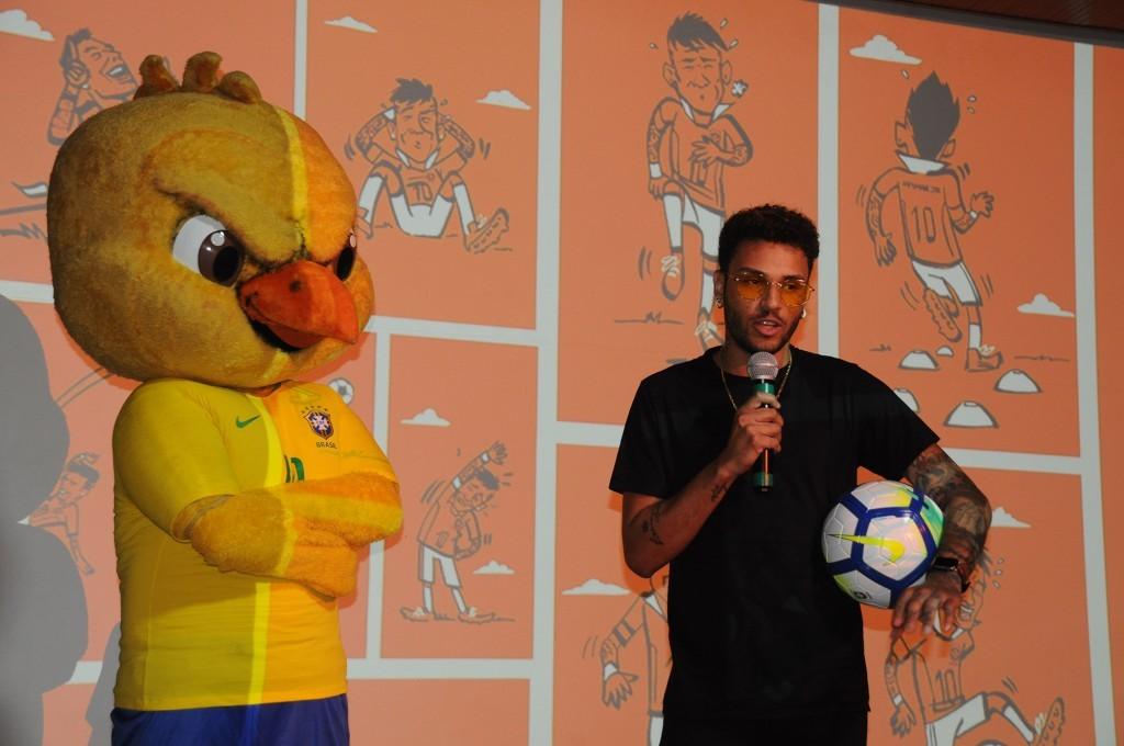 Gabriel Lucas, sósia de Neymar, ao lado do mascote da Seleção, Canarinho