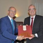 Governador Paulo Hartung entrega presente para o executivo da Avianca Brasil