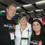 Janaina Araujo, de Curaçao, entre Aroldo Schultz e Ana Maria Santana, da Schultz