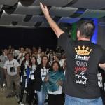 Luciano Bonfim convoca o público para dançar e descontrair antes da apresentação da Vital Card