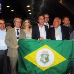 A delegação que desembarcou do voo da Joon de Paris liderada pelo governador do CE, Camilo Santana