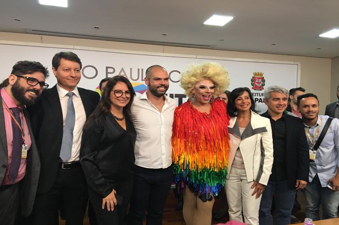 Bruno Covas e militantes LGBTs (Marcelo Gallego, Ricardo de Souza Franco, Antonietta Varlese, Bruno Covas, Tchaka, Eloisa Arruda e Ivan Batista) na Campanha ReSPeito, focada na comunidade LGBT (Foto: Reprodução)