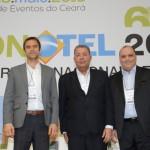 Alexandre Sampaio, da FBHA, entre Alexandre Gehien, presidente do FOHB, e Alberto Cestrone, presidente da Resorts ABr