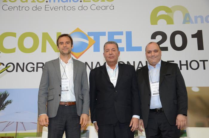 Alexandre Sampaio, da FBHA, entre Alexandre Gehien, presidente do FOHB, e Alberto Cestrone, presidente da ABR
