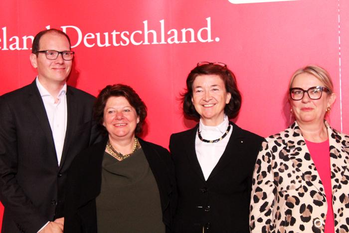 Gabriela Ahrens, da Lufthansa com autoridades