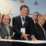 Pieter Elbers, CEO da KLM, e Roberto Cláudio, prefeito de Fortaleza, cortam a fita de estreia do voo da KLM para Ceará