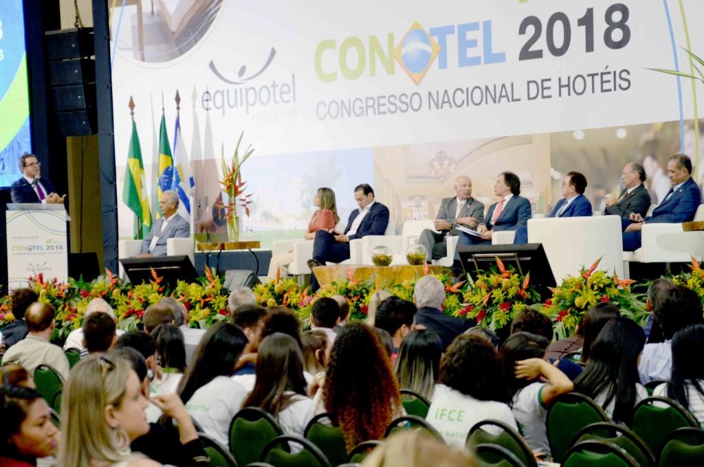 Plateia atenta ao pronunciamento do ministro do Turismo, Vinicius Lummertz