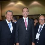 Regis Medeiros, secretario de Turismo de Fortaleza, entre Alexandre Sampaio, da FBHA, e Eduardo Fontes Neto, da ABIH Nacional