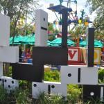 A decoração da nova área é um verdadeiro quintal com brinquedos espalhados por todos os lados