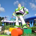 Buzz fica bem em frente a entrada da atração do Alien Swirling Saucers