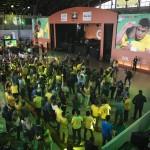 Convidados comemoram o segundo gol do Brasil no hangar da Gol