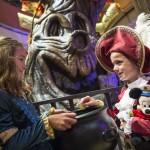 Durante o Halloween adultos e crianças se fantasiam para as festividades