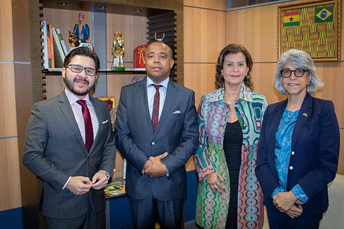 Equipe Embratur e representantes dos Emirados Árabes