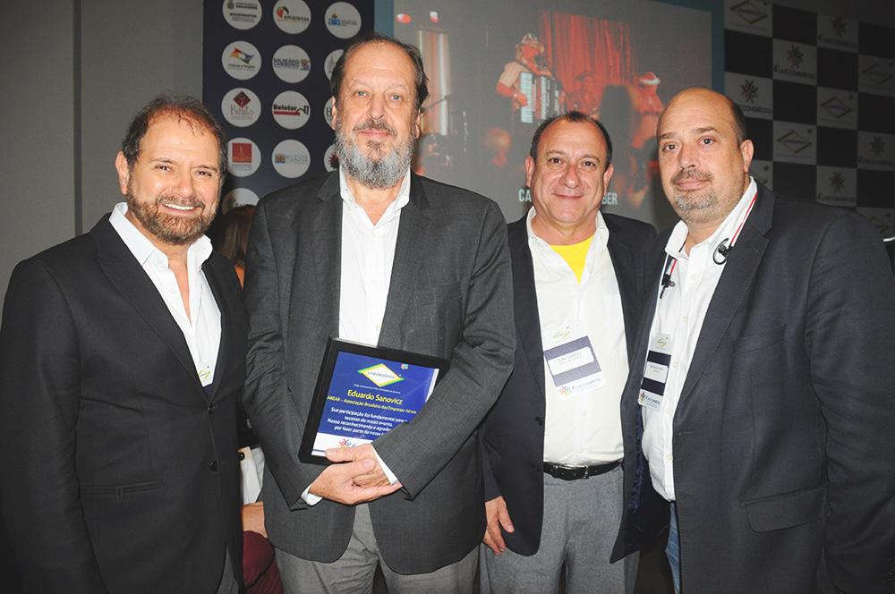 Guilherme Paulus, presidente da GJP, Eduardo Sanovicz, presidente da Abear, Toni Sando, presidente da Unedestinos, e Michael Nagy, do RioCVB
