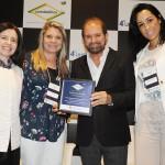 Guilherme Paulus recebeu homenagem da Unedestinos entregue por Elenice Zaparoli, Sara Souza e Kelly Oliveira, do Visite SP