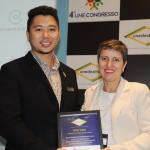 Kenji Takao, do Prodigy SDU, recebe homenagem das mãos da consultora Rose Almeida