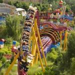 O carrinho que leva os visitantes é no formato do cachorro de molas, o Slinky