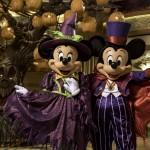 Os anfitriões Mickey e Minnie recebem os hospedes em trajes assustadores