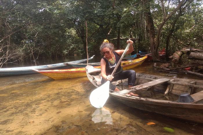 Passeio de barco pelos igarapés de águas cristalinas