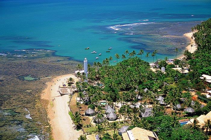 A Praia do Forte está localizada no litoral norte da Bahia, no município de Mata de São João, 50 km de Salvador