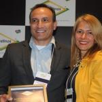 Samir dos Santos, presidente do Petrópolis CVB, recebe homenagem da consultora Vanisa Schuller