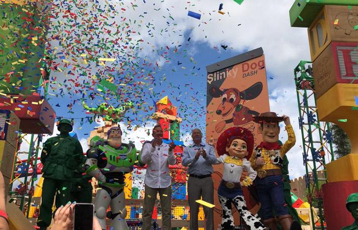 Tim Allen, dublador do Buzz Lightyear e o Bob Chapek, CEO de Parques, Experiências e Produtos da Disney, com personagens de Toy Story